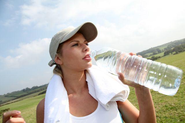 Pozor na dehydrataci. Jak poznáte, že málo pijete?