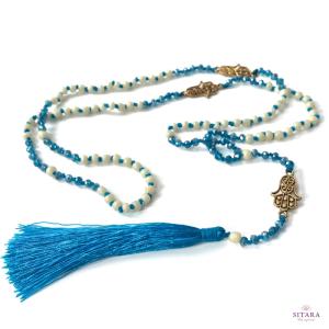 svetle-modry-nahrdelnik-s-ochrannym-amuletem