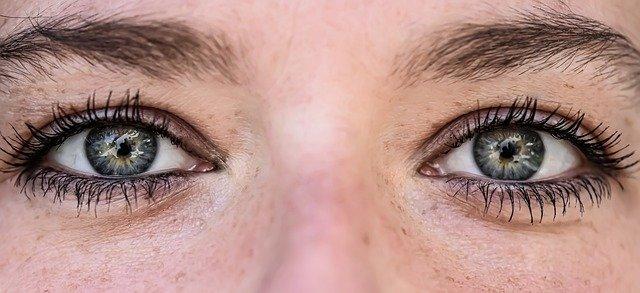3 tipy, jak se správně líčit při používání barevných kontaktních čoček